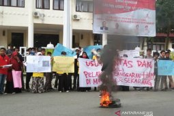 Aksi bakar ban bekas warnai peringatan hari HAM di Meulaboh