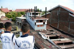 Kapal tsunami atas rumah tidak terawat