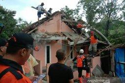 Warga Kebon Manggu Cianjur perbaiki rumah rusak akibat puting beliung