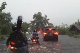 Jalan Trans Kalimantan ruas Pontianak-Tayan kebanjiran