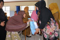 Peringati Hari Ibu, Ketua TP-PKK Provinsi Jambi santuni lansia