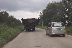 Truk angkut tongkang di jalur Muarasabak-Jambi
