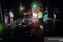 Polsek Ambawang atur lalin di lokasi banjir Jalan Trans Kalimantan