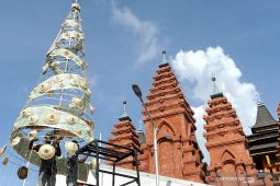 Sejumlah warga Denpasar rangkai Pohon Natal dari anyaman Lontar