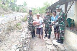 Warga perbatasan RI-TL mendapat bantuan paket sembako Satgas Pamtas