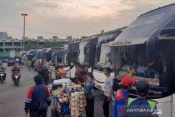 Belasan ribu pemudik kembali ke Bekasi gunakan transportasi massal mulai hari ini..