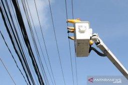Bupati Kubu Raya pegang kabel bertegangan 20.000 volt