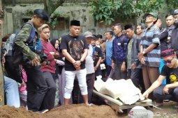 Pelawak Sule hadiri pemakaman mantan istrinya Lina