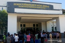 Puluhan warga Desa Keposang padati gedung DPRD Bangka Selatan