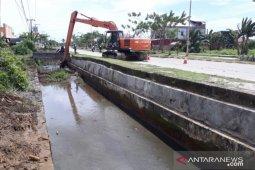 Pemkab Kutim keruk saluran drainase untuk antispasi banjir