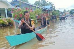 Anggota polisi cek kondisi banjir di Putussibau Selatan