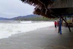 BPBD: Lima warga hanyut di Pantai Botutonuo-Gorontalo berhasil diselamatkan