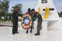 Sambut HUT ke-67, Satgas Yonif Raider 142/KJ ziarah ke TMP Seroja Haliwen