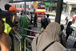 Perjalanan penumpang KRL terganggu akibat gangguan aliran listrik