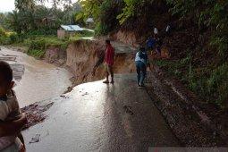 Jalan dan bendungan di Padang Pariaman rusak akibat banjir