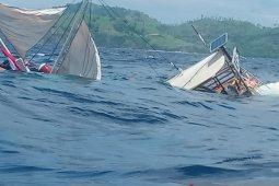 Kapal pinisi yang ditumpangi peliput presiden terbalik di Labuan Bajo