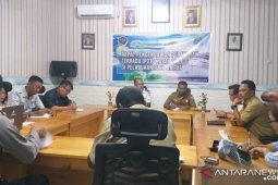 The World cruise passengers to observe cendrawasih in Raja Ampat