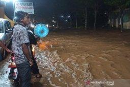 Banjir di Jalan Raya Bayongbong Garut akibat drainase tersumbat