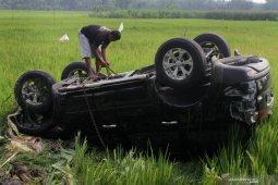 Kecelakaan mobil terbalik di Ngawi