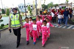 Kenalkan profesi polisi pada anak anak