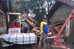 Satu rumah warga di Talegong Garut roboh akibat diguyur hujan deras