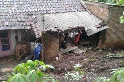 Bencana tanah longsor menimpa satu rumah warga di Garut