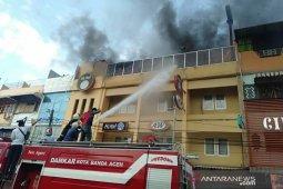Belasan mobil pemadam dikerahkan jinakan api kebakaran hotel di Aceh