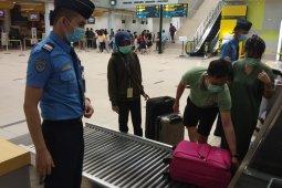 Petugas Bandara Jambi kenakan masker