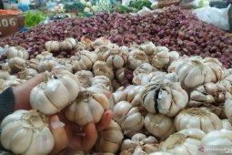 Pasokan dari China macet, harga bawang putih di pasaran melonjak
