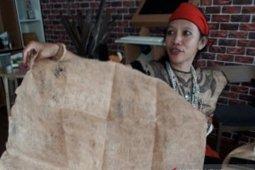 Nyai Kundan, a woman who makes clothes from wood bark