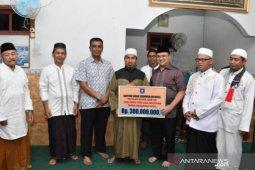 Gubernur Babel Serahkan Bantuan Hibah Untuk Masjid dan Yayasan di Belitung