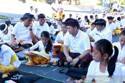 Siswa se-Klungkung ikuti Festival Nyurat Aksara Bali di Catus Pata