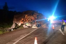 Bus Sinar Jaya tabrak truk pengangkut kayu di tol, dua tewas