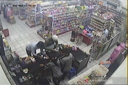 Aksi penipuan oleh WNA di swalayan terekam CCTV