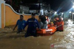 BPBD Pamekasan evakuasi korban banjir dengan perahu karet