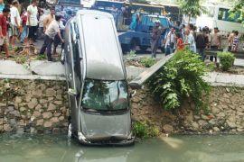 Mobil berpenumpang tercebur ke Sungai Brantas Mojokerto