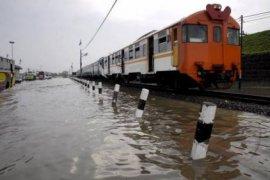 Rel terendam banjir, ini rekayasa operasi KRL