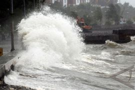 Puluhan perahu nelayan rusak diterjang gelombang pasang