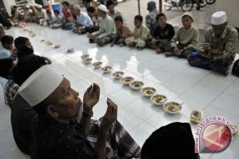 """Umat muslim Kampung Punia di Bali gelar """"megibung"""""""
