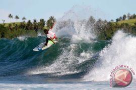 Ombak Pantai Nusa Lembongan cocok untuk berselancar