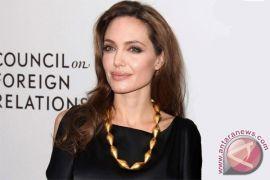 Angelina Jolie sutradarai film perang Kamboja untuk Netflix