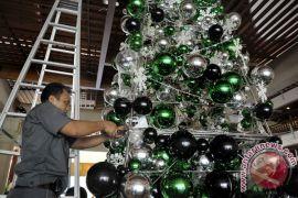 Warga Biak hiasi aneka pohon Natal