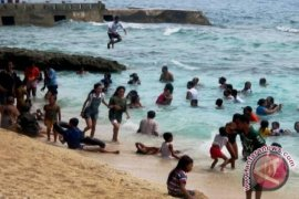 Objek Wisata Pantai di Ambon  Ramai Pengunjung