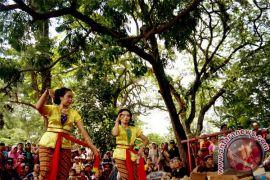 Wisatawan asing menari tayub di Gelar Budaya Merapi