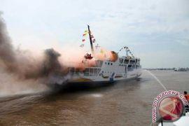 10 kapal evakuasi penumpang kapal terbakar di Tanjung Selatan