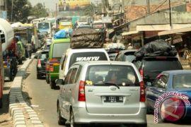 Jalan arteri Karawang padat merayap
