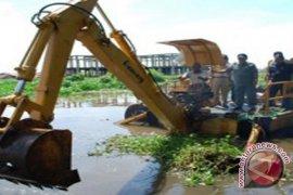 """Kapal """"sapu-sapu"""" Bersihkan Sungai Martapura"""