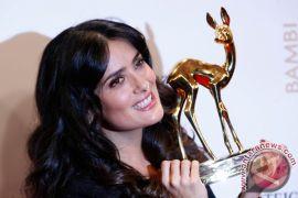 Salma Hayek minta honor aktor dikurangi