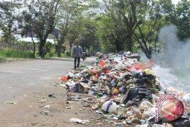 Pasukan Kuning bersihkan sampah pawai lampion