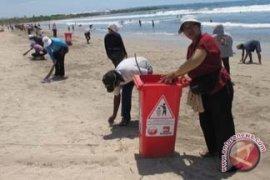 Pedagang Serentak Bersihkan Pantai Kuta